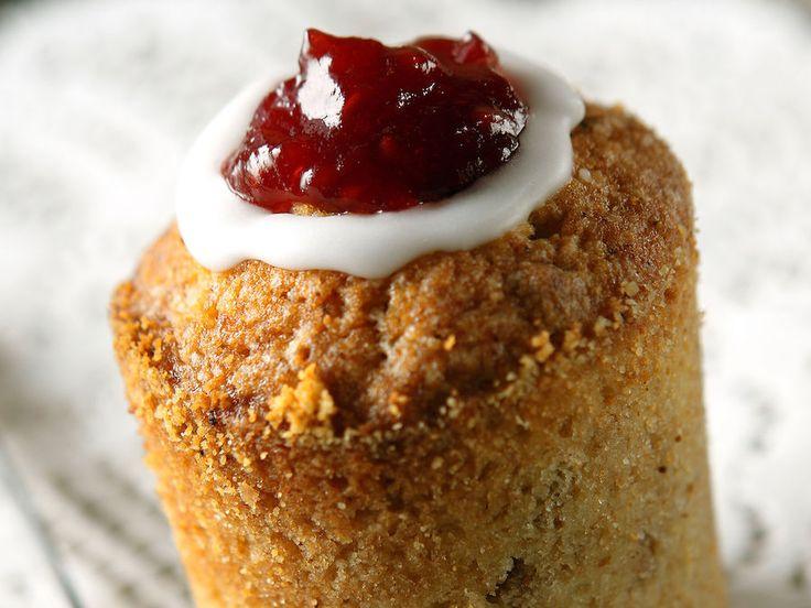 Talven maistuva leivonnainen on runebergintorttu, jossa maistuvat jauhetut mantelit ja piparkakkumurska.