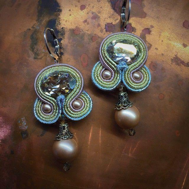 Desiree pearl & crystal earrings. #doricsengeri #earrings #smallearrings #beautiful #brides #bridalearrings #pearls #design #nudecolor