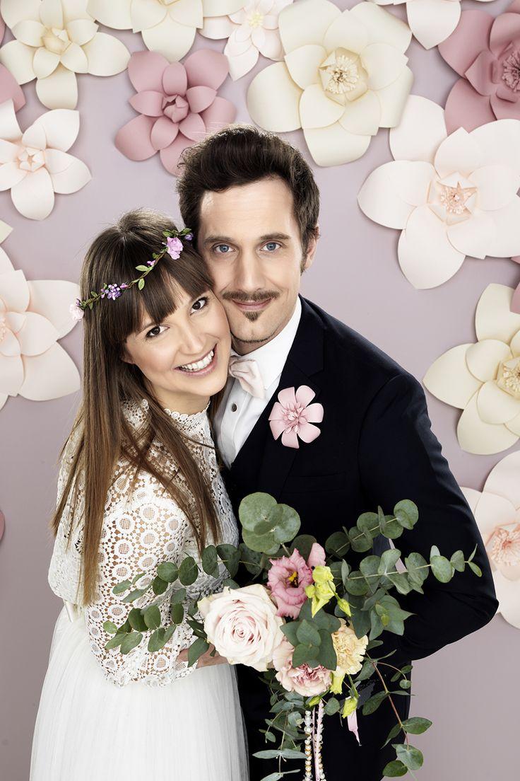 Just married!  www.pandurohobby.com #wedding #flowers #diy #justmarried #purple #pink #bride #groom #bröllop  #brudpar #backdrop #bryllup