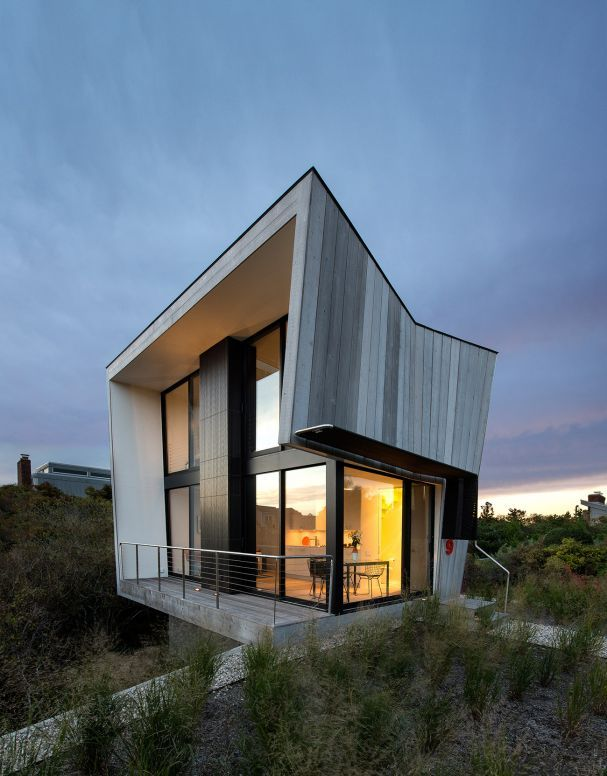 Ein kleines Strandhaus am Meer: In den New Yorker Hamptons musste ein Ehepaar sich an strenge Bauauflagen halten – das Architekturbüro Bates Masi fand für die 55 Quadratmeter dennoch eine großzügige Lösung