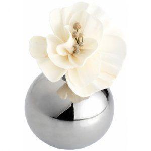 Luxe aromatische bloem zilver 1124300  LUXE AROMATISCHE BLOEM. Laat uw kamer baden in een kalmerende wolk van lelie-aroma. Vul de vaas met olie, de bl...