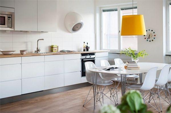 Kolorowa lampa nad blatem na środku?  50 Scandinavian Kitchen Design Ideas For A Stylish Cooking Environment