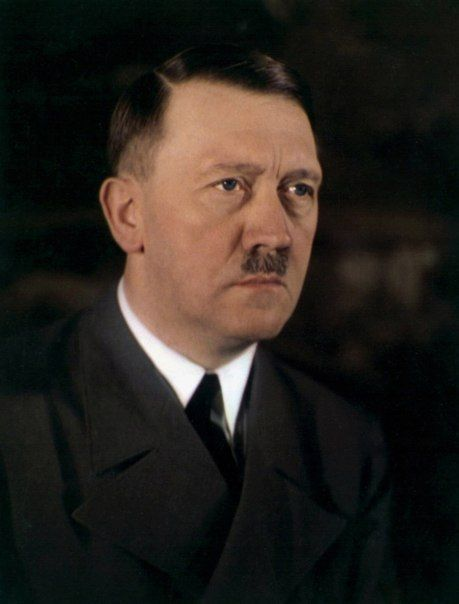 """Редкое цветное фото Гитлера, на котором виден цвет глаз, дата неизвестна.  """"Пожимает мне руку. Как старый друг. И эти большие голубые глаза. Как звёзды. Он рад меня видеть. Я на небесах от счастья. У этого человека есть всё, чтобы стать королём.""""  Йозеф Гёббельс, из записей в дневнике после одной из первых встреч с Гитлером, 1925 год."""