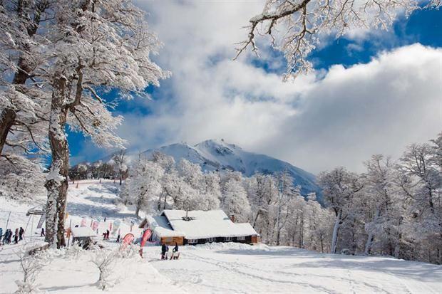 Recorrido: vacaciones en la nieve  Si no dependés de las fechas escolares para viajar durante julio, tené en cuenta que casi todos los centros de esquí cuentan con paquetes promocionales en temporada baja, cuando todavía podés esquiar... y ahorrar.         Foto:Julián Lausi. Gentileza Cerro Bayo