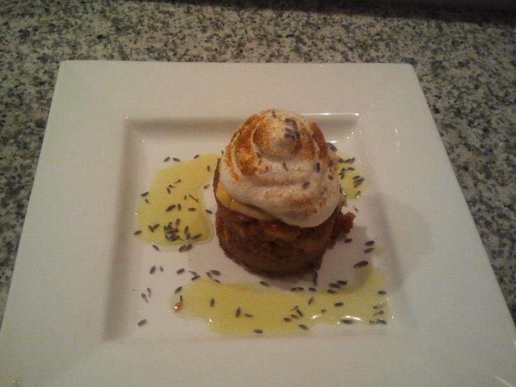 Appel kaneeltaartje, met banketbakkersroom en afgebrand eiwitschuim met lavende in een saus van granny smit
