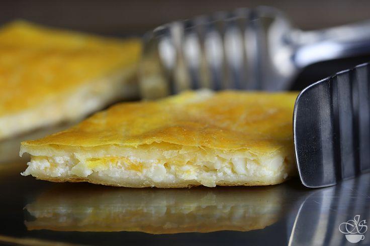 Ленивый хачапури - 1 упаковка готового слоеного теста (450гр)  Для начинки  500 гр. зернистого творога (cottage cheese). Можно заменить на домашний творог со щепоткой соли и 5 ст.л. натурального йогурта 150 гр. твердого сыра (я использую marble cheese) 1 яйцо  Приготовление  Тесто раскатать на два прямоугольника (30см х 40см каждый), толщиной 2-3 мм  Начинка  Белок взбить вилкой. Желток отложить в сторону Сыр натереть на крупной терке Смешать зернистый творог с белком и сыром