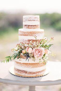Rustikale nackte Hochzeitstorte mit Blumen und Grün | Brides.com   – wedding cake