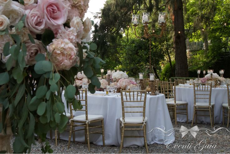Wedding table set-up flowers candles gold chiavarina gold candelabra Gold & Pink Wedding hydrangea, blush pink roses, pink peonies #weddingitaly #weddingplanner #weddingplanneritaly #luxurywedding #tuscanwedding #weddings #gold #pink #peonies #roses #flowers