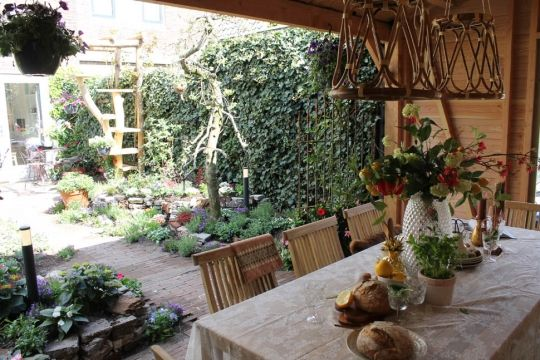 Waan je in Zuid Frankrijk met deze romantische tuin. Nog meer foto's op de site. #tuinontwerp #frankrijk #MBI #klinkers