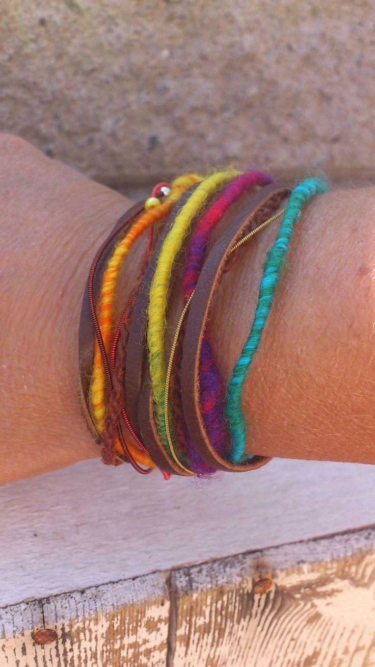 Armband i rengbågsfärger. Renskinn, handspunnet ullgarn, tenntråd med små glaspärlor.