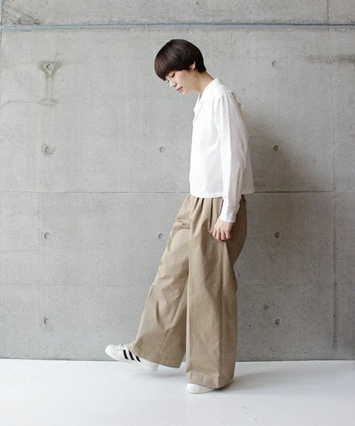 Casual_cropped blouse paired with supersized wide leg pants | Saved by Gabby Fincham | ZOZOTOWN