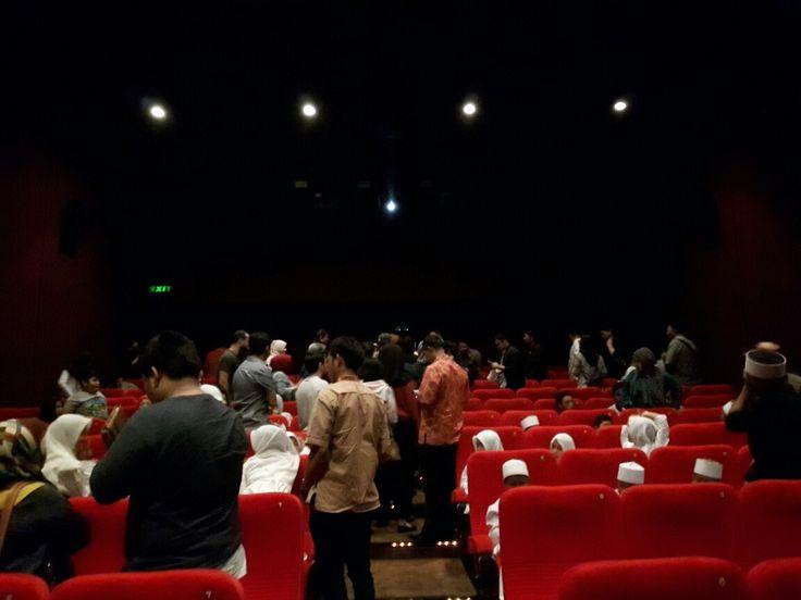 Look how people really excited to watch this movie! Studio full, dari depan hingga belakang. senang melihatnya, ada yang bersama keluarga, sahabat, suami-istri, adik-kakak, dll :D #BTDLA