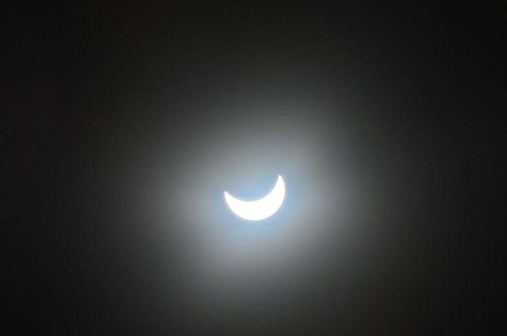 Viele Österreicher nutzten Freitagvormittag die österreichweit optimale Sicht, um die partielle Sonnenfinsternis mitzuverfolgen. (Bild: Birgit Wögerer)