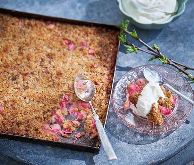 Bjud på hemlagad paj med rabarber och ingefära i sommar. Den här knäckiga pajdegen är underbart god, och du kan använda den för att göra paj med andra frukter eller bär också. Servera med vaniljvisp, dulche de leche eller vispad grädde.