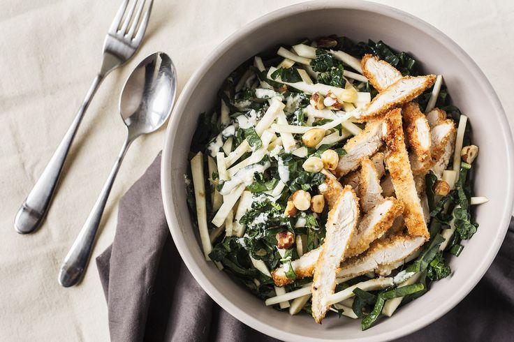 Salade au Poulet Croustillant au Kale Toscan, au Céleri-rave et aux Noisettes Grillées
