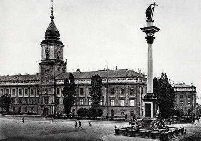 Zamkowy Square (Plac Zamkowy) - view from the interwar period (1918–1939). Polish naming (which is noticeable on the signboards) was restored in 1918, after the regaining of the independence. In the background we can see the gate leading to the Castle's courtyard where the outbuildings were located. (Archive of Warsaw, photo: Zdzisław Marcinkowski)