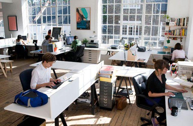 Kantor yang menggunakan konsep open office – Facebook tahun lalu telah membuka kantor pusat terbarunya, yakni Building 20. Kantor yang memiliki luas 4 hektare berada di Menlo Park, California ini digadang-gadang sebagai kantor yang mengusung konsep open office terbesar didunia saat ini. #kantor #office #openoffice