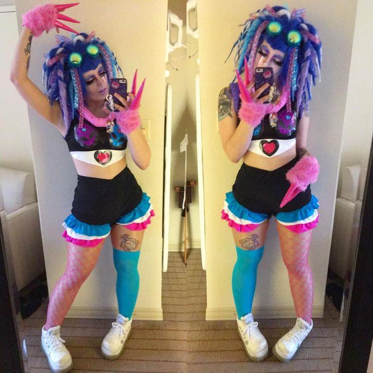😈💙👾 I'm so proud of this look! I made the dread wig, shorts, and claws!!✨😈💙👾 #cybergoth #cyberpop #kissmekillme