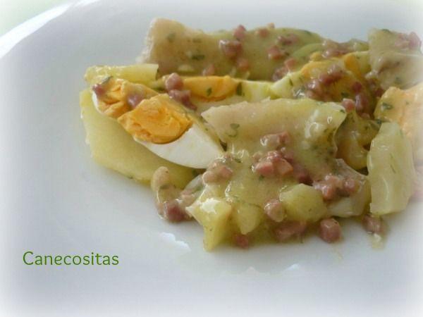 Huevos duros, patatas, pescado y salsa verde