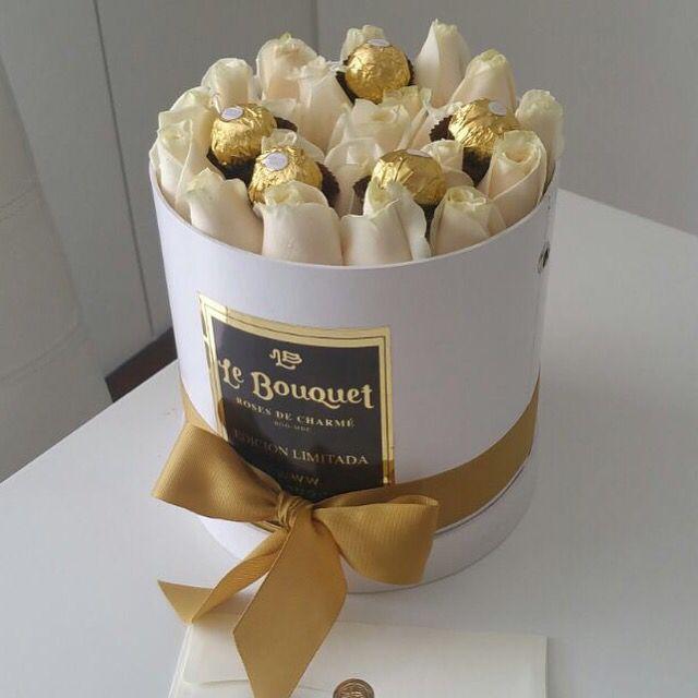 Presentación redonda con rosas tradicionales blancas y chocolates  #lebouquet #lebouquetco  #rosas #amor #roses #love #lujo #luxury #deseo #pasion #medellin  #bogota #colombia