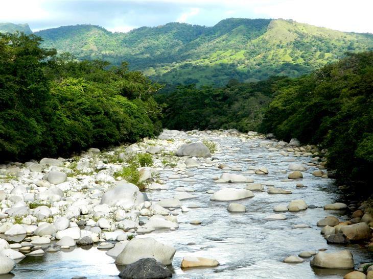"""Boquete -   Ubicado en las montañas que se extienden en la vecina Costa Rica, el """"Valle de las Flores"""" (conocido como Boquete), tiene muchas y muy diversas experiencias que ofrecer. Desde la tirolina a través del dosel del bosque nuboso, hasta el muelle de aguas termales a lo largo del río Caldera y el rafting en el Chiriquí Viejo - este pueblo de montaña merece una visita."""