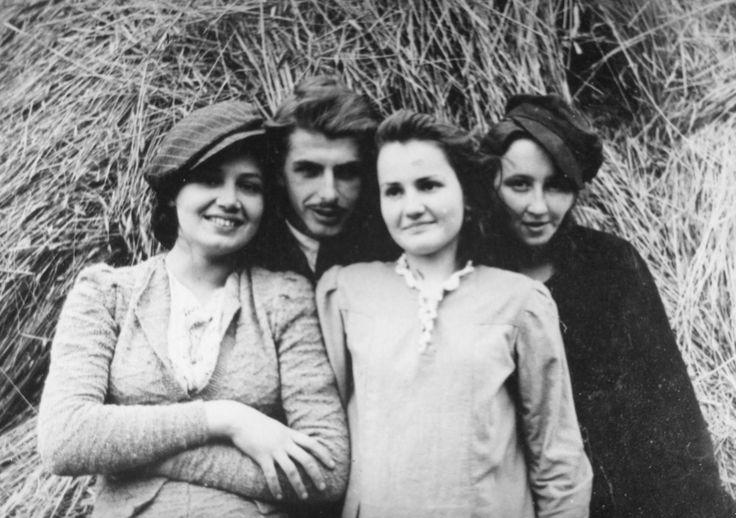 Danuta Siedzikówna z przyjaciółmi, Narewka, 1944 lub 1945