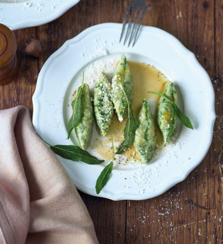 Rezept für Malfatti mit brauner Butter und Salbei bei Essen und Trinken. Ein Rezept für 6 Personen. Und weitere Rezepte in den Kategorien Eier, Gemüse, Getreide, Käseprodukte, Kräuter, Milch + Milchprodukte, Hauptspeise, Dünsten, Kochen, Italienisch, Einfach, Raffiniert.
