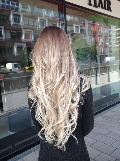 tie and dye léger, blond foncé ombré blond platine.http://www.eva-extensions.com/extensions-de-cheveux-a-clips-naturel-tie-and-dye-blond-fonce-blond-clair-detail.html