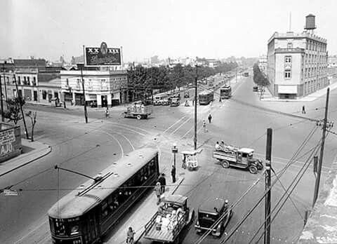 Irreconocible la zona hoy día. Vista del cruce donde convergen las avenidas Arcos de Belén, Chapultepec, Balderas, Niños Héroes y la calle de Tolsá, alrededor de 1930. La zona arbolada que se ve más adelante es ahora Televisa Chapultepec. Créditos. INAH