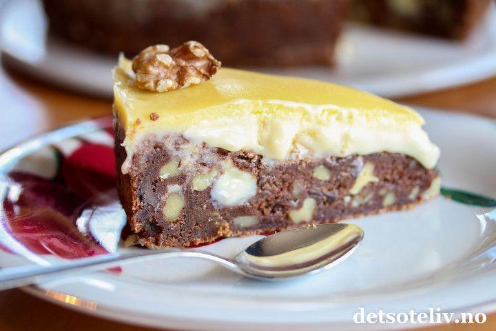 Hei! I dag skal du få en virkelig nydelig og mektig konfektkake av meg - det er jo tross alt helg! Denne kaken består av en supergod browniekake med masse mørk sjokolade og valnøtter. På toppen dekkes kaken med en kjempegod, hvit trøffelkrem som inneholder solide mengder hvit sjokolade og som er smaksatt med konjakk. Nyyyytes, gjerne med en god kopp kaffe til! Ja, nå kan helgen bare komme!