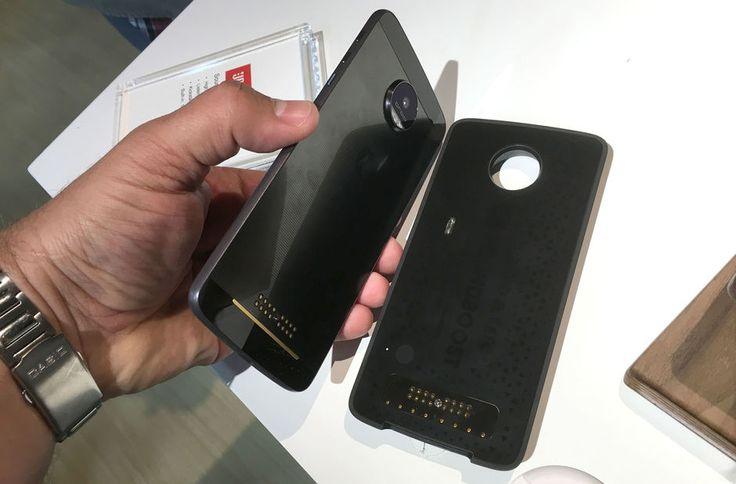MODUL-TELEFON: Syltynne Moto Z fra Lenovo kan enkelt gjøres om til projektor, høyttaler og mye mer.  (Foto: BJØRN EIRIK LOFTÅS)