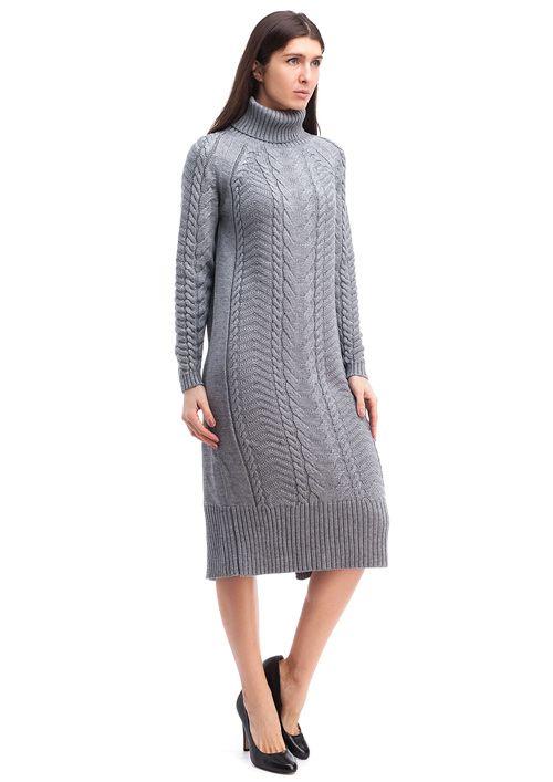 Вязаное платье из мягкой и теплой полушерстяной пряжи связано рельефным узором в  комбинации различного вида кос и спиралей.