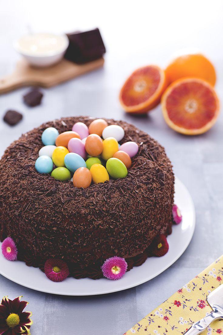 Il #ciambellone #nido di Pasqua (Easter nest cake) è una deliziosa e soffice ciambella all'olio extravergine di oliva, farcita con una gustosa crema e interamente ricoperta con scagliette di cioccolato. Come tocco finale si posizionano al centro tanti ovetti di zucchero colorati, per un effetto scenico davvero trionfale e allegro!