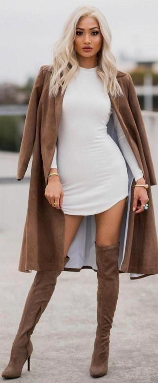 brauner Staubmantel, weißes figurbetontes Kleid, braune Overknee Stiefel aus Wildleder für Damen – Koenekh
