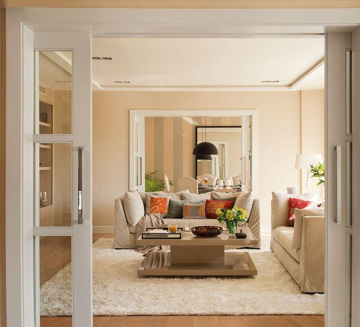 Estar, salón y comedor se comunican con dobles puertas correderas.
