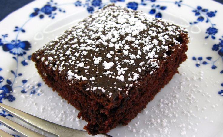 Рецепт того самого славнозвісного американського «Crazy cake» тепер у ваших руках! За легендою пиріг був придуманий в часи великої депресії у30-х роках минулого століття. Просто неймовірно: без вершкового масла, яєць і молока виходить дивовижно смачний бісквіт – великий, пористий і шоколадний. Його