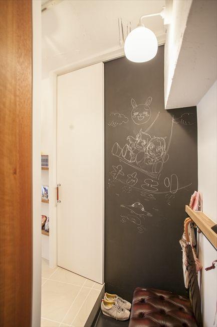 玄関の壁の一部を黒板にした