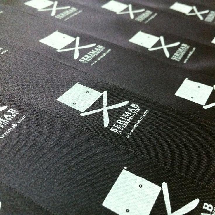 Ecco le strisce di raso serigrafate prima di trasformarsi in etichette per le nostre maglie. Sempre autoprodotte ovviamente Stampa serigrafica con inchiostro vinilico