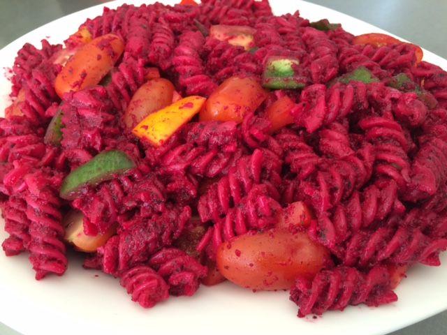 Pastasalat med rødbedepesto
