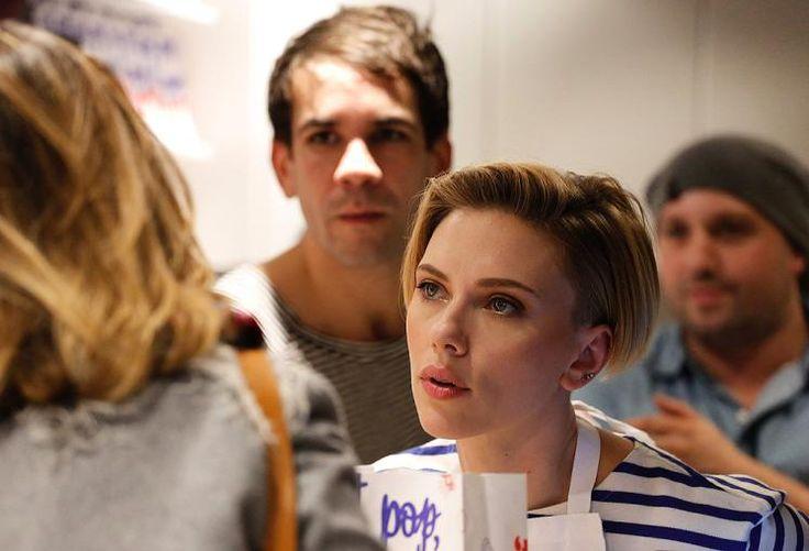 """Popcorn-Lady: Hollywood-Star Scarlett Johansson hat die Galarobe gegen ein blau-weißes Ringelshirt getauscht und sich bei der Eröffnung ihres eigenen Popcorn-Geschäfts in Paris selbst hinter die Theke gestellt. Im """"Yummy Pop""""-Geschäft im In-Viertel Marais servierte die Schauspielerin den Kunden Gourmet-Popcorn in exotischen Geschmacksrichtungen. Mehr Bilder des Tages auf: http://www.nachrichten.at/nachrichten/b (Bild: AFP)"""