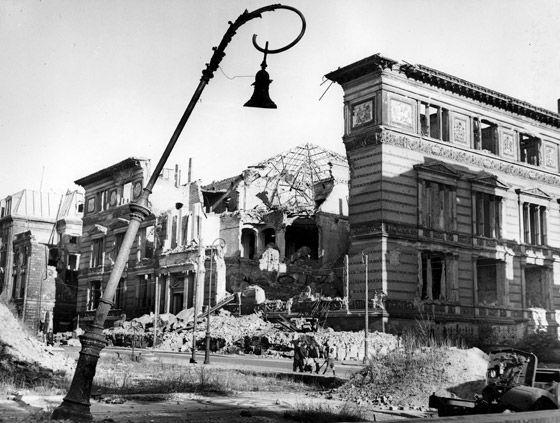 1945 Ruine des Kunstgewerbemuseum in der Prinz-Albrecht-Strasse (Der zukuenftige Martin Gropius Bau)