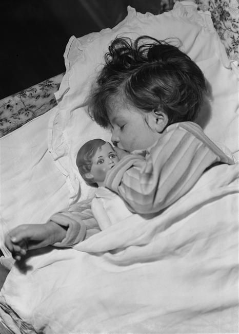 child sleeps with Petitcolin celluloid doll. 1936.