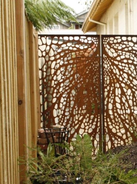 Cellular screen fence design in Corten steel