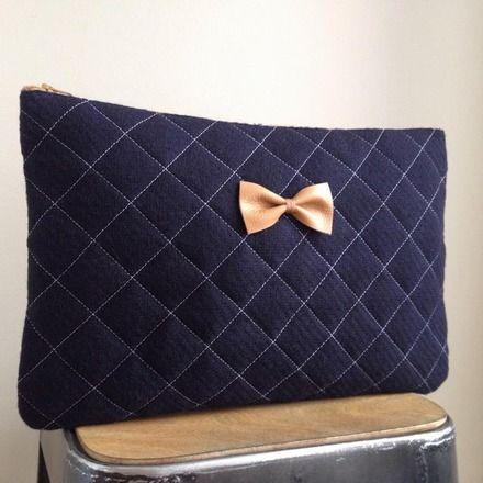 une jolie pochette grand mod le tissu sur le devant en flanelle de laine bleu marine. Black Bedroom Furniture Sets. Home Design Ideas
