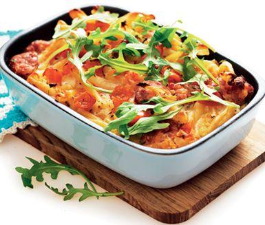 Ett smart sätt att ta tillvara överbliven pasta är att göra denna makaronilåda med ägg, tomater och salsiccia som är en smakrik korv. Servera gärna med ruccola.