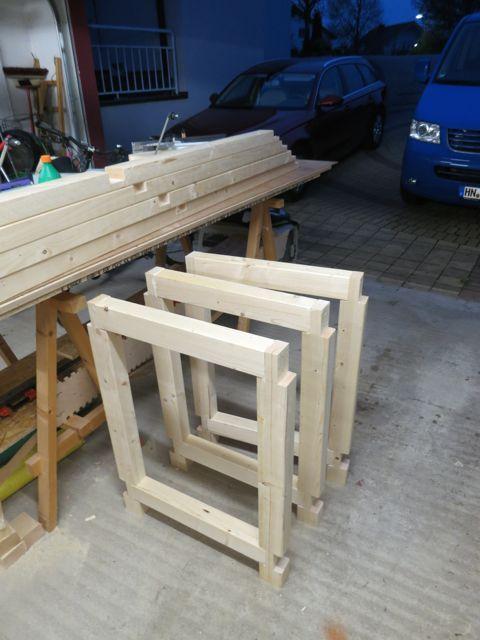 Hier beschreibe ich den Bau einer sehr stabilen Werkbank aus einfachen Kanthölzern für meine Werkstatt. Eine Säge, Beitel und Akkuschrauber reichen aus
