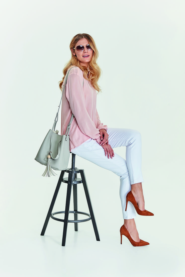 Shopper bag Top Secret white pants camel heels spring outfit