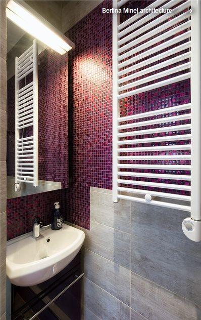 Ванная.  (маленький санузел) Бардовая мозаика + серая плитка под камень, зеркало-шкафчик и белый полотенцесушитель.