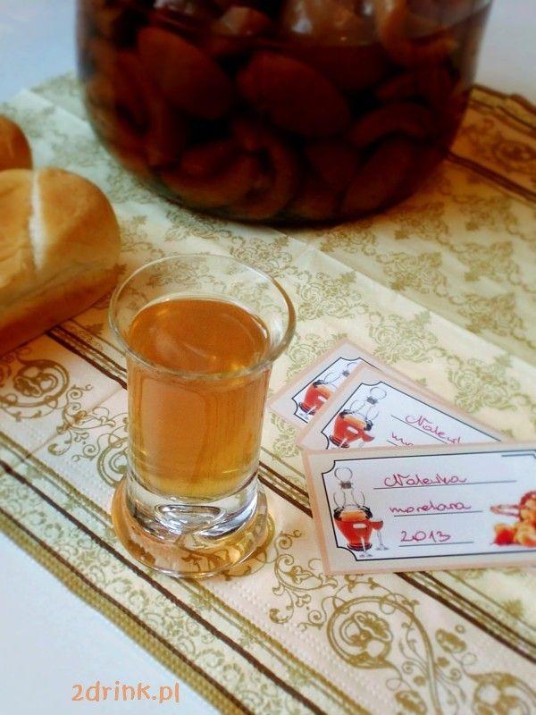 Przygotowana ze świeżych moreli nalewka morelowa zachęca pięknym kolorem, jest słodka i mocna.