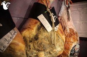 Crudo italiano al 100%, senza pepe e altre erbe aromatiche, stagionato 18 mesi. La caratteristica principale è la minima percentuale di sale (2,5% al chilo), conservante spesso usato in quantità talmente grandi da coprire il sapore naturale del prodotto. Porzionato sottovuoto 500 gr.